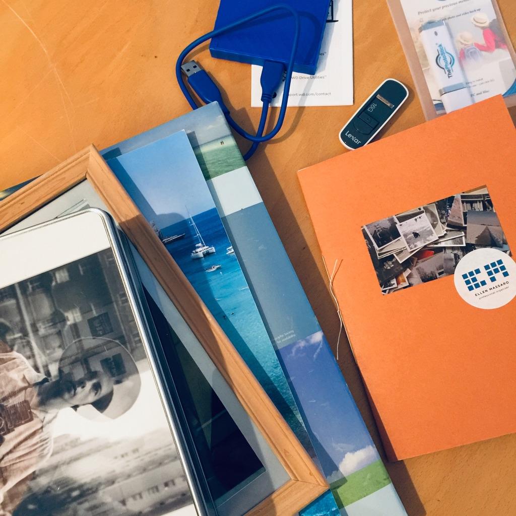 bureau met foto's, mobiel en usb, klaar om te beginnen.