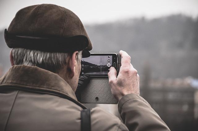 man maakt foto met mobiel