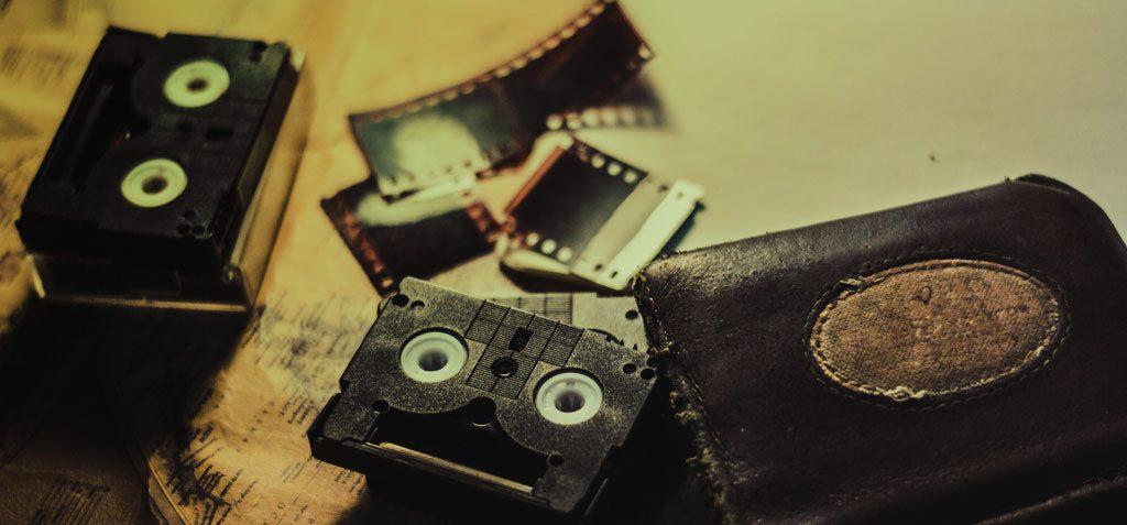 Oude cassettebandjes, videobanden en foto negatieven