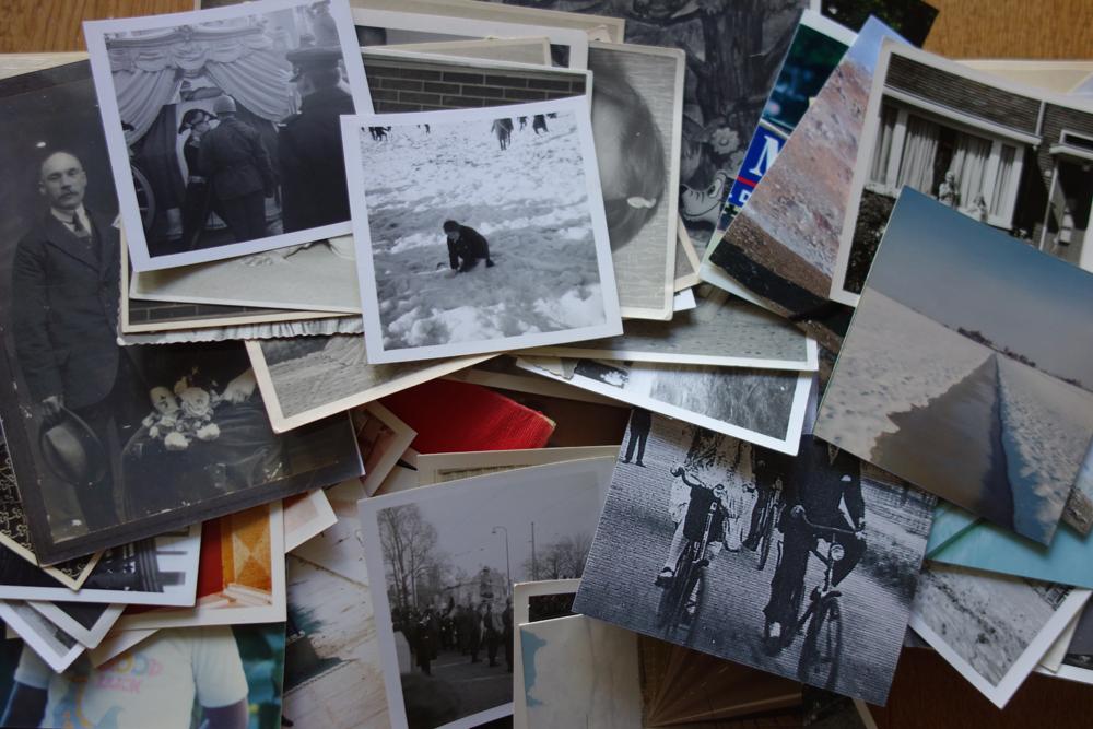 Stapel willekeurige oude foto's