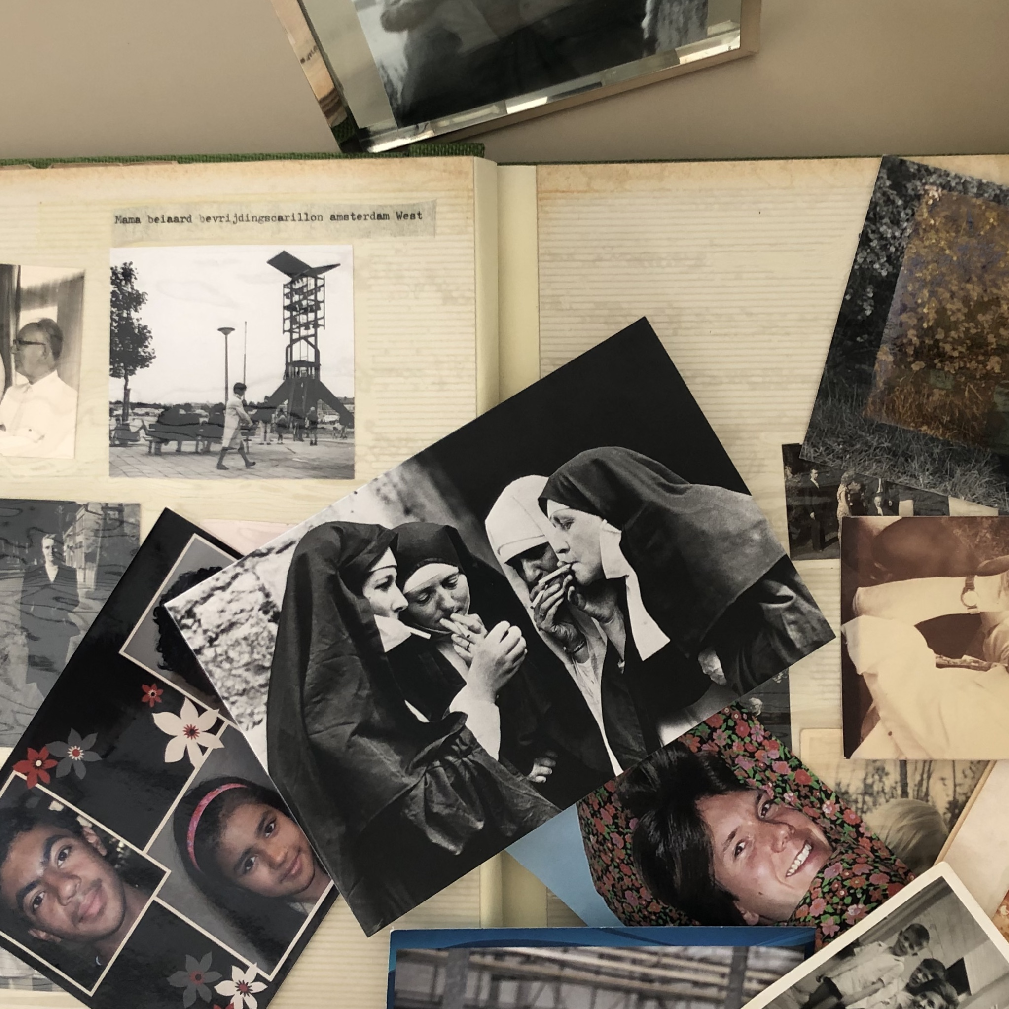 foto album met losse oude foto's