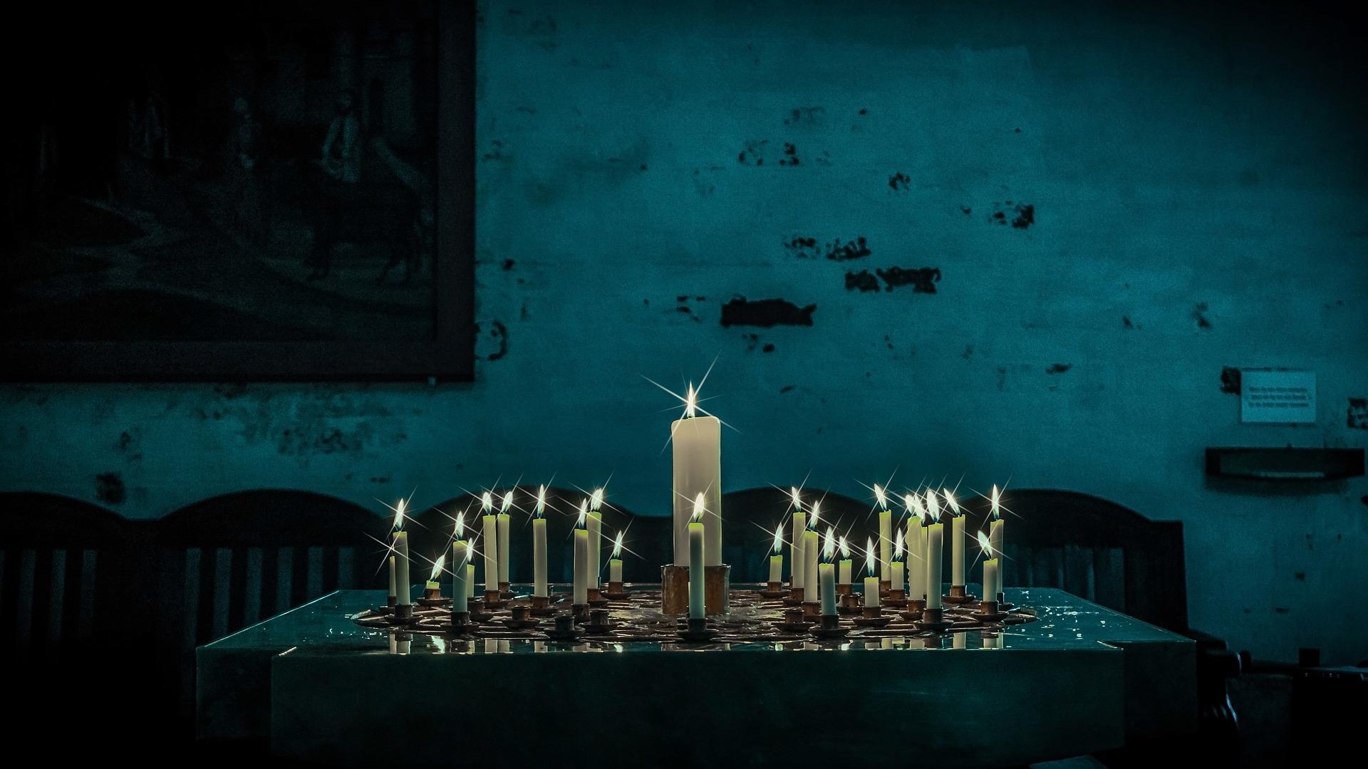 brandende kaarsen in een kerk